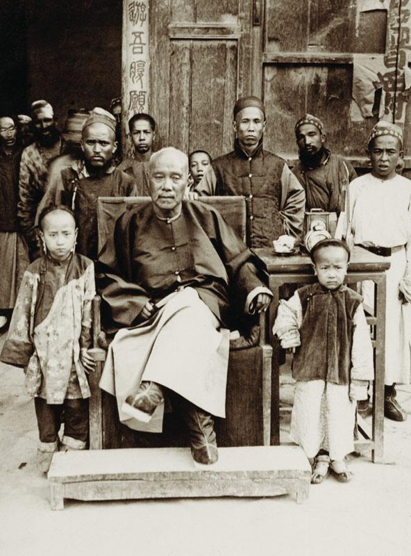 1906年,葉爾羌的官員劉大人,與凱薩琳遇到的那位不知道是不是同一位,他帶著他的兒女一起入鏡。